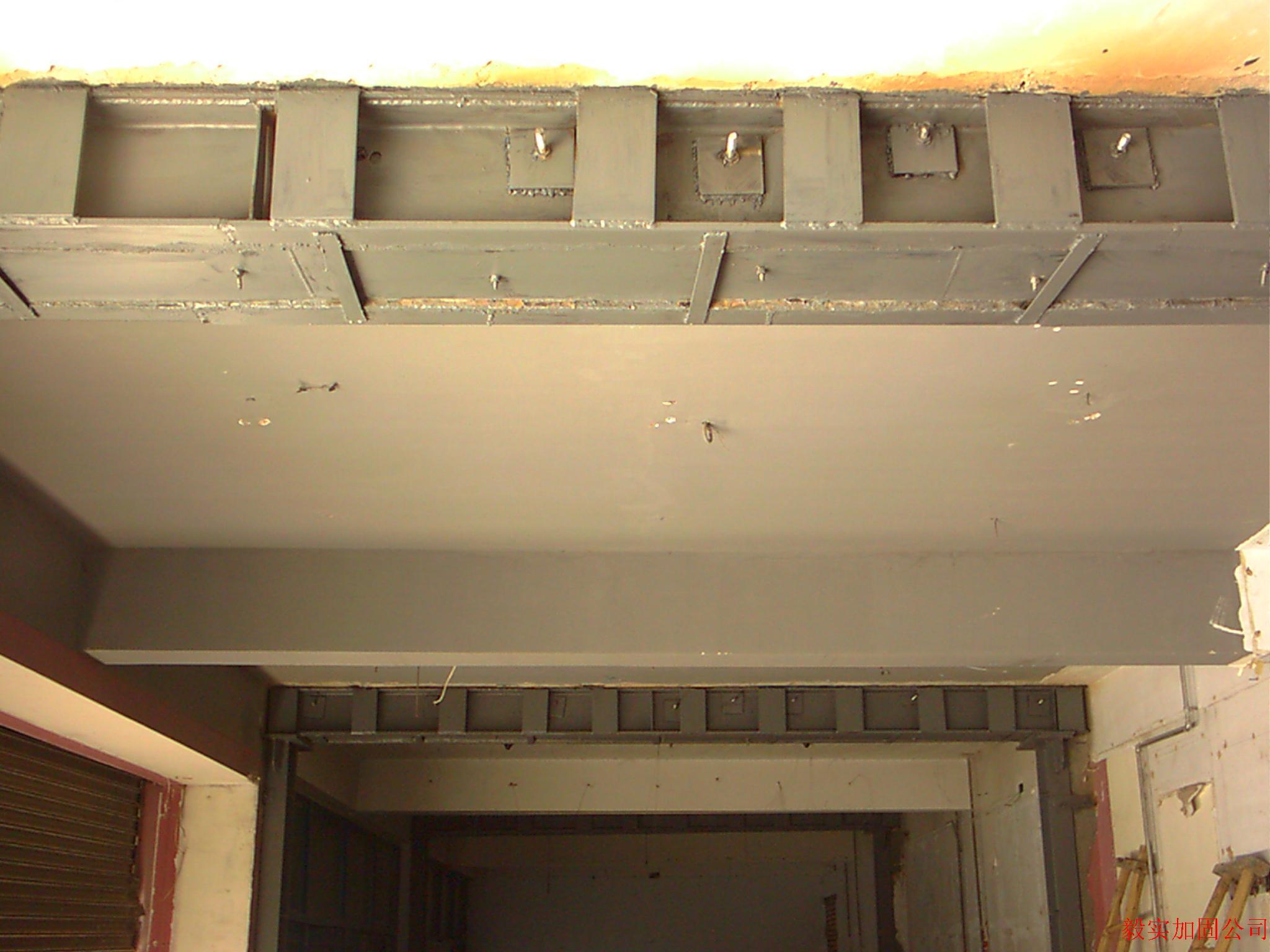 都匀粘钢加固公司、都匀粘钢加固施工【13896169991】 摘要:桥梁粘钢钢板加固是一项技术性强、要求高、行之有效的桥梁加固补强方法。本文结合湖头桥加固现状,详细阐述干粘法粘贴钢板加固施工技术的具体实施工艺。   1工程概况    上部结构为混凝土空心板梁,下部结构为桩柱式桥台。由于近年交通量不断增加,及台后填土压力较大,使该桥盖梁出现较多竖向裂缝,呈现较为严重的病害,给过往车辆带来一定的安全隐患。经设计院现场勘查和检测,根据桥梁部件缺损状况评分表,评为52分,为三类桥梁。由于该桥所在的白剑线,车流量大